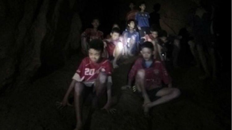 Niños atrapados en la cueva en Tailandia
