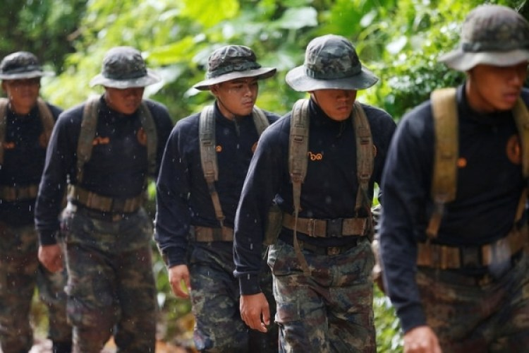 Rescatistas en busca de los niños atrapados en la cueva de Tailandia (REUTERS/Soe Zeya Tun)