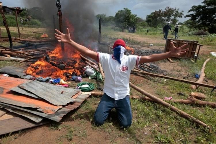Un manifestante tras un enfrentamiento con fuerzas de choque del régimen de Daniel Ortega en Managua(REUTERS/Oswaldo Rivas)