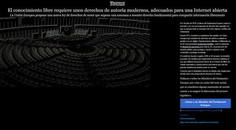 La página oscurecida oculta los contenidos como protesta