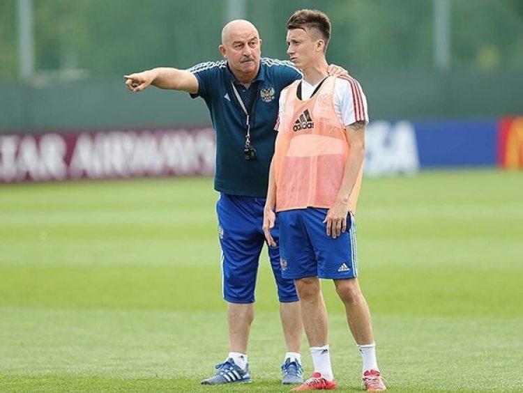 El entrenador y la figura de Rusia en pleno entrenamiento (Twiiter)