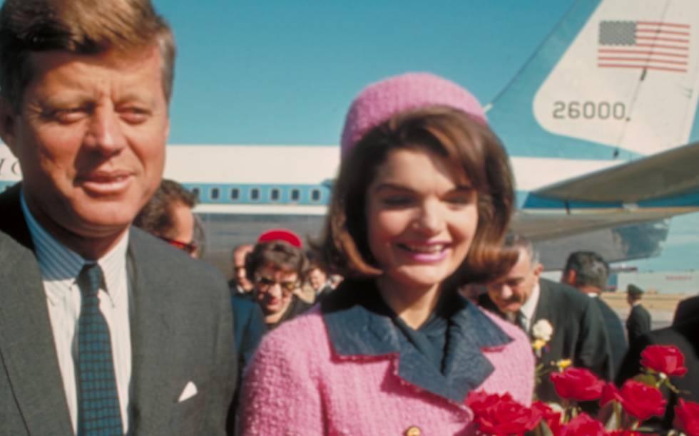 El presidente John F. Kennedy y su esposa, Jackie, aterrizan en Dallas (Texas) el 22 de noviembre de 1963.