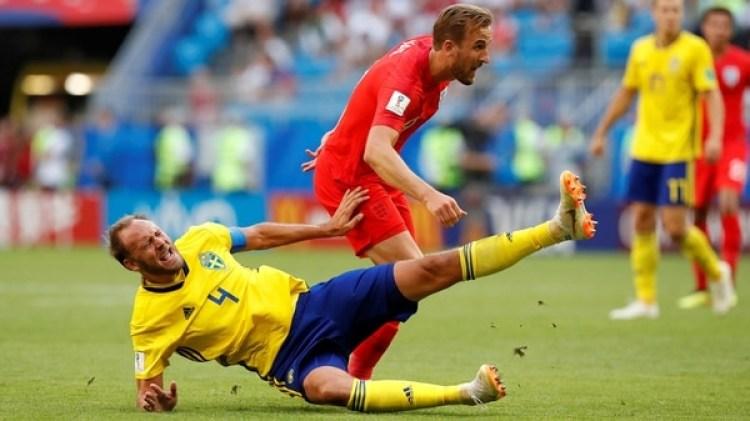 Soccer Football – World Cup – Quarter Final – Sweden vs England – Samara Arena, Samara, Russia – July 7, 2018 England's Harry Kane in action with Sweden's Andreas Granqvist REUTERS/Carlos Garcia Rawlins