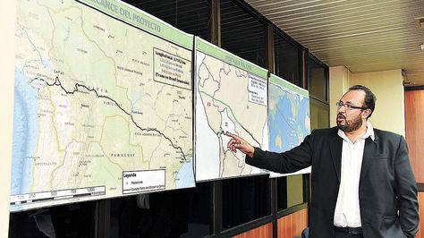 El ministro Milton Claros muestra la ruta de la ferrovía.