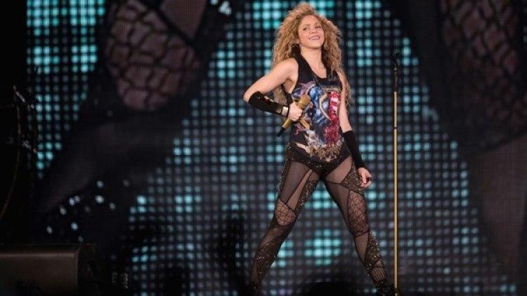 La cantante colombiana Shakira en el escenario de la sala Accorhotels Arena, en París. AFP