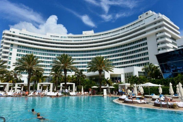 En su personaje del sultán bin Khalid Al-Saud, el estafador ofreció comprar el Hotel Fontainebleau Hilton, de Miami Beach, y llegó a codearse con su dueño.