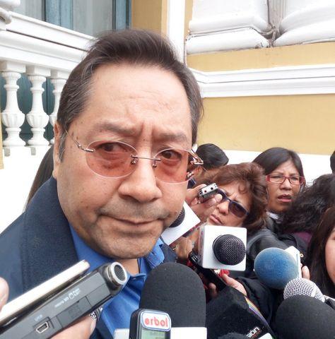 El exministro de Economía Luis Arce en contacto anterior con periodistas.