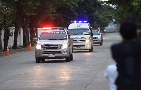 Las últimas personas rescatadas de la cueva tailandesa son trasladadas a hospitales. Foto: AFP