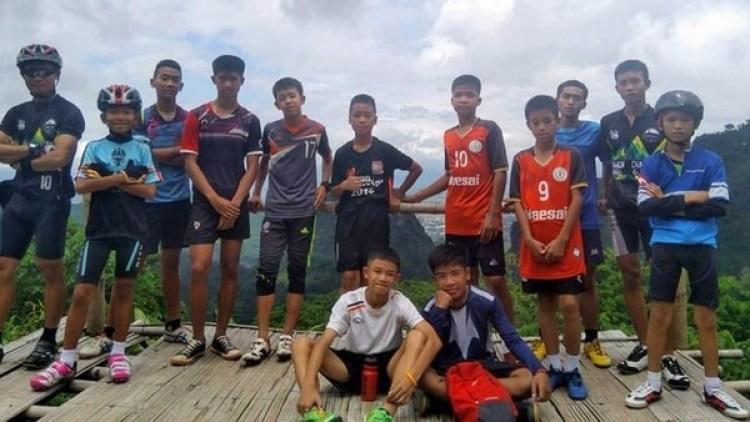 """Los miembros del equipo de fútbol Mu Pa (""""Jabalíes Salvajes"""") con su entrenador (Facebook)"""