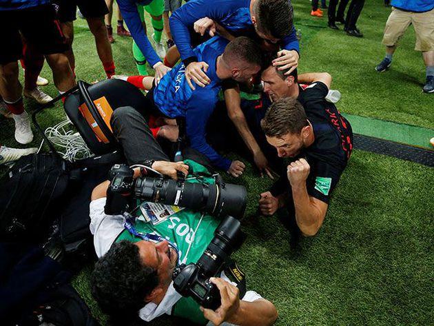 ¡Increíble! Los jugadores aplastaron al fotógrafo en pleno festejo y terminaron disculpándose