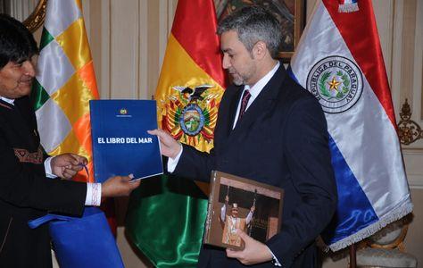 Abdo Benítez, el presidente electo de Paraguay, recibe el Libro del Mar de manos de Evo Morales. Foto: APG