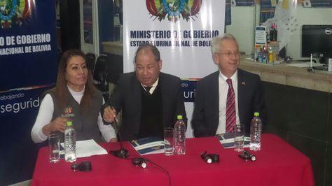 El embajador del Reino Unido en Bolivia, James Thorton y autoridades del Ministerio de Gobierno.
