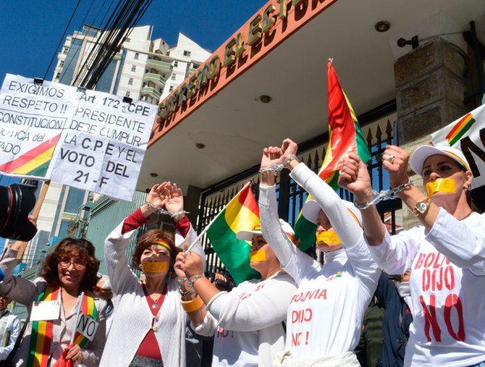 PLATAFORMAS Y COLECTIVOS CIUDADANOS PROTESTAN A FAVOR DEL 21F FRENTE AL TSE.