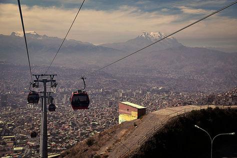 Una vista de la Línea Roja del teleférico en La Paz.
