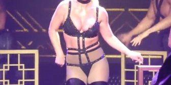 Britney Spears volvió a sufrir un descuido en el escenario y mostró de más