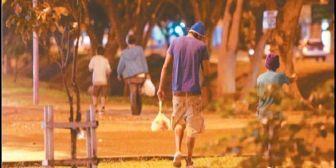 El número de niños en la calle no disminuye pese a las batidas