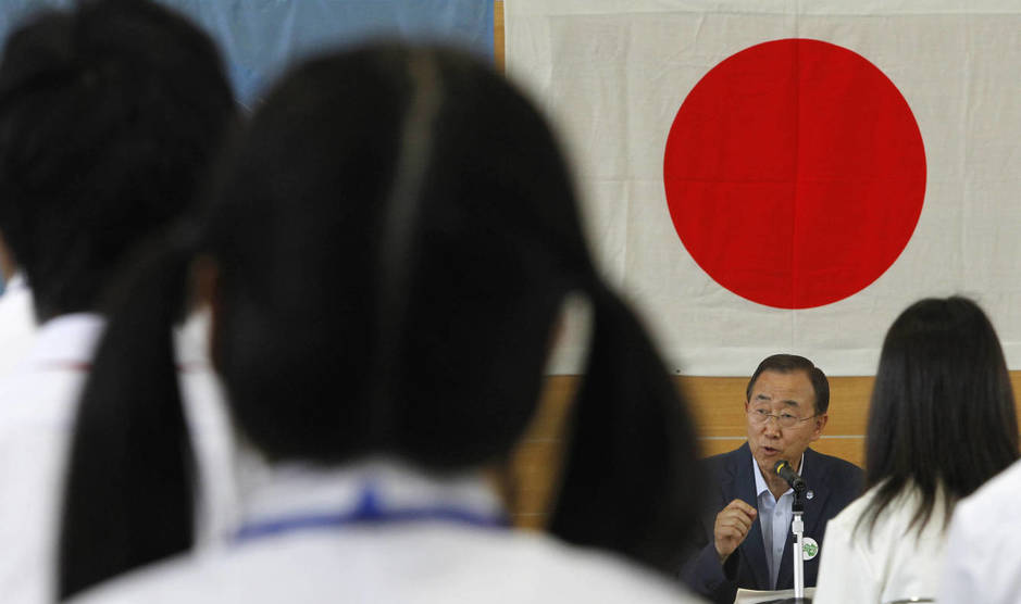Estudiantes japoneses en Fukushima escuchan a Ban Ki-Moon. (Reuters/Yuriko Nakao)