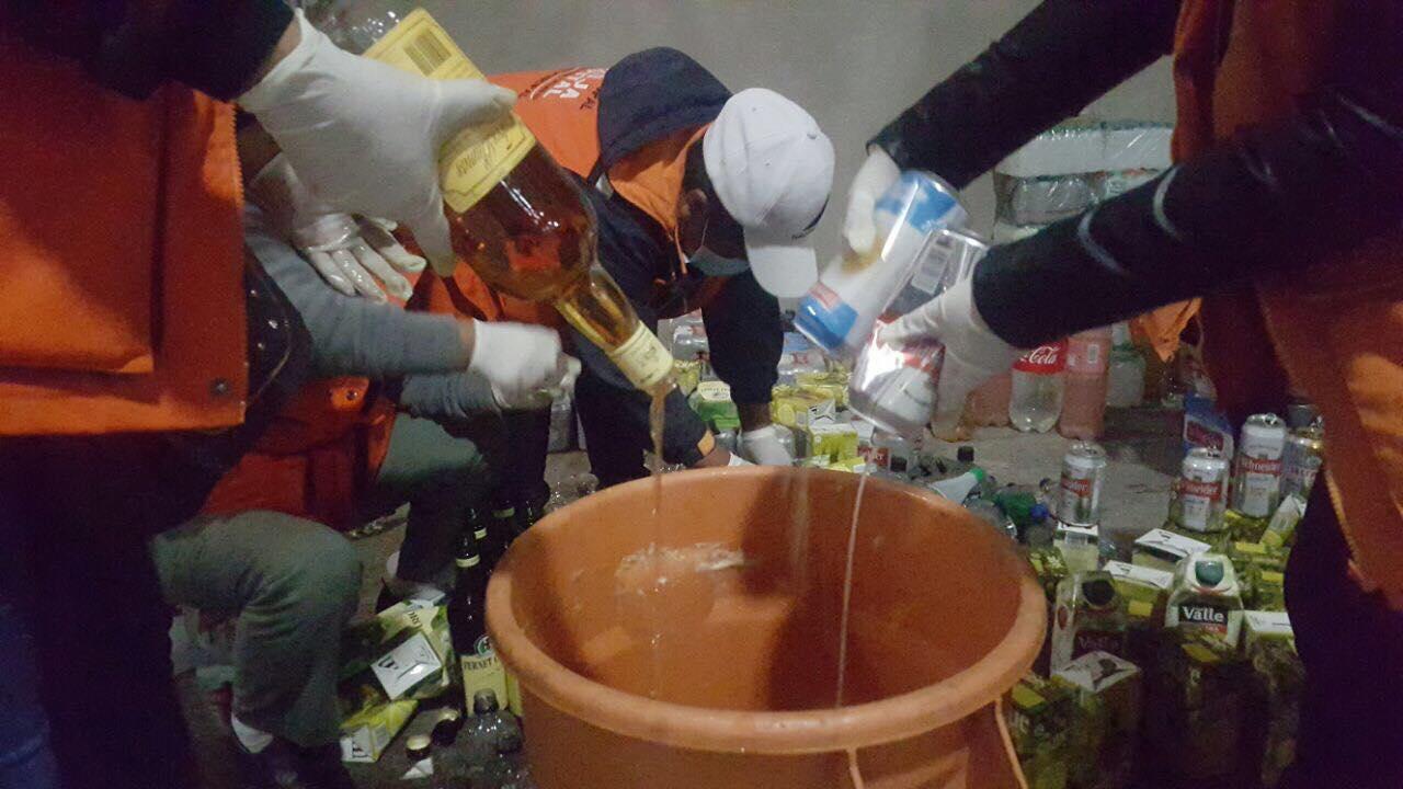Destruyen 644 litros en bebidas alcohólicas y 32 kilos de productos chinos sin registro en Tarija