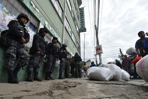 Instalaciones de Adepcoca resguardada por efectivos de la Policía. Foto: APG