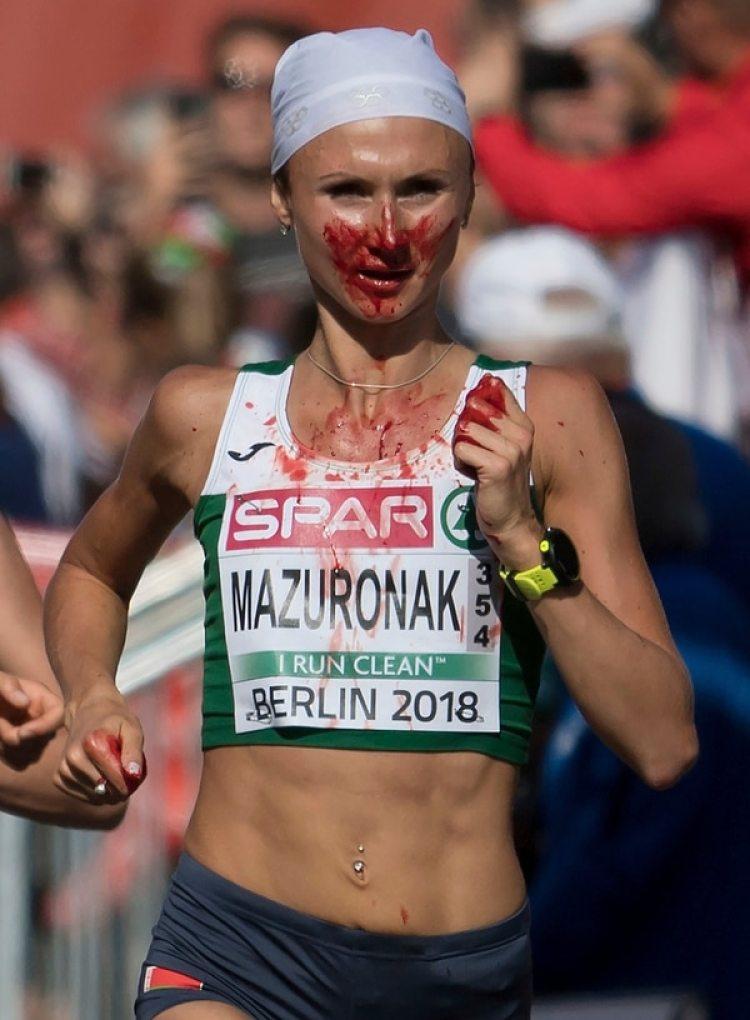 Volha Mazuronak, en el momento de la hemorragia nasal (Foto: Sven Hoppe/dpa via AP)