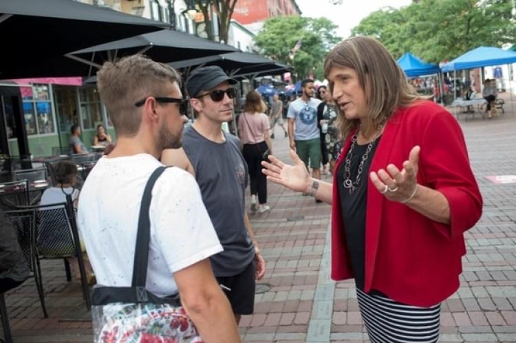 Christine Hallquist, haciendo campaña en las calles de Vermont. (REUTERS/Caleb Kenna)