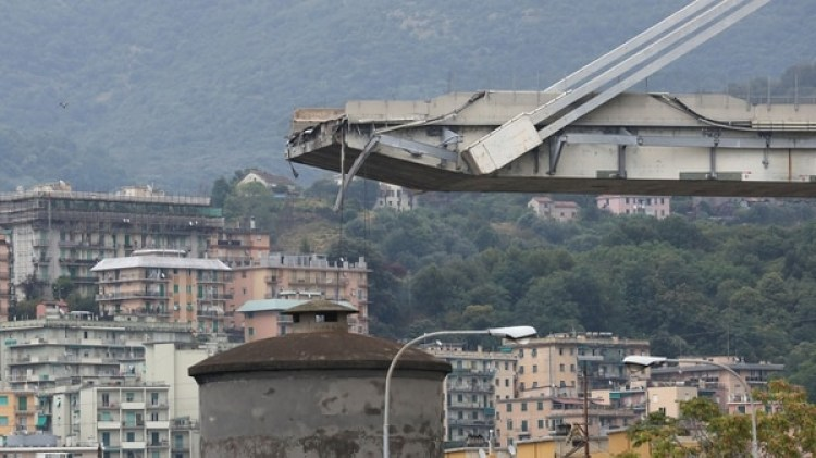 Una de los extremos del puente que quedó en pie en Génova (Reuters)