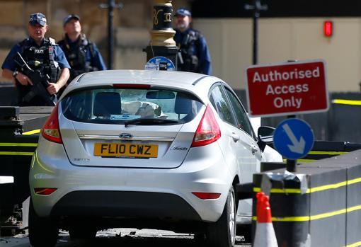 El Ford Fiesta plateado que se estrelló ayer ante el Parlamento británico