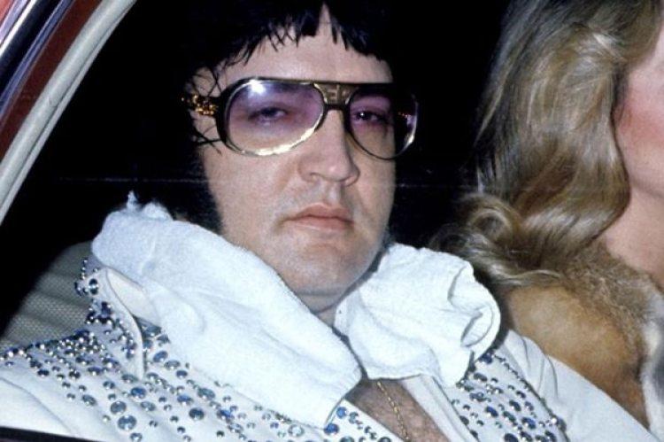 Elvis Presley sobre el final de su carrera. Murió el 16 de agosto de 1977. Ese día nació la mayor teoría conspirativa que recorre Memphis