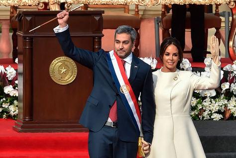 El presidente paraguayo, Mario Abdo Benítez, junto a su esposa Silvana López en la ceremonia de transmisión de mando. Foto: AFP