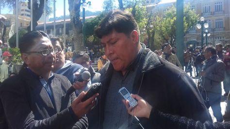 Diputado Domingo Soto habla con la prensa