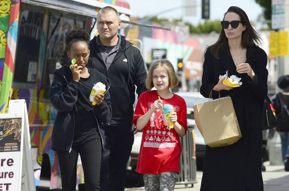 Angelina Jolie con Vivienne y Zahara Jolie Pitt in de compras por Los Ángeles el pasado marzo.