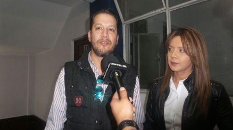 La expresentadora Giovanna Chávez y el cantante Wally Zeballos en la fiscalía.