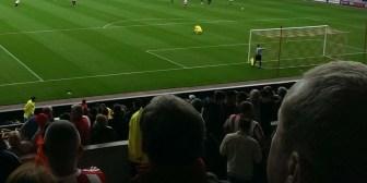 La mala puntería de un futbolista inglés 'castiga' a una aficionada distraída
