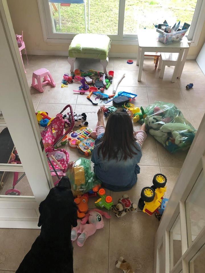 Lola jugando en su casa con su perro (Facebook)