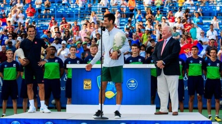 Novak Djokovic posa con el trofeo de campeón del Masters 1000 de Cincinnati que conquistó tras vencer en la final al suizo Roger Federer(EFE)