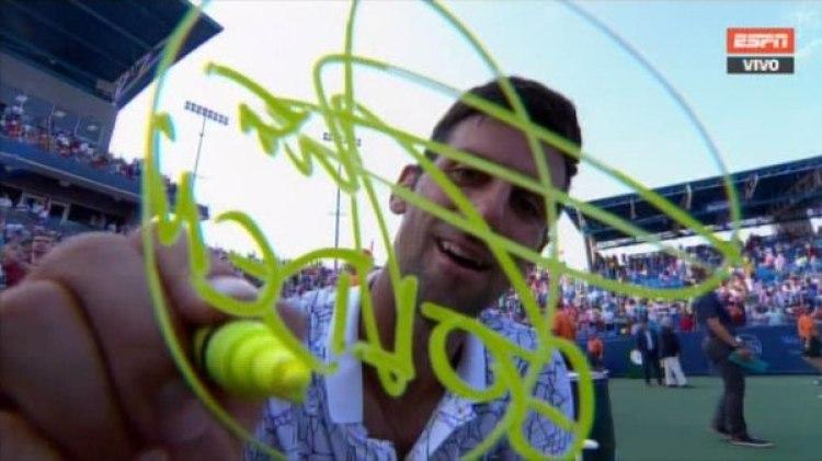 """Novak Djokovic estampa la palabra """"Golden"""" en la cámara de latransmisión oficial"""