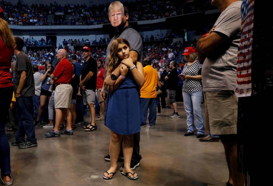 Thomas Musolino con una máscara del presidente Trump durante un acto de campaña en Wilkes-Barre, Pensilvania. (Reuters)