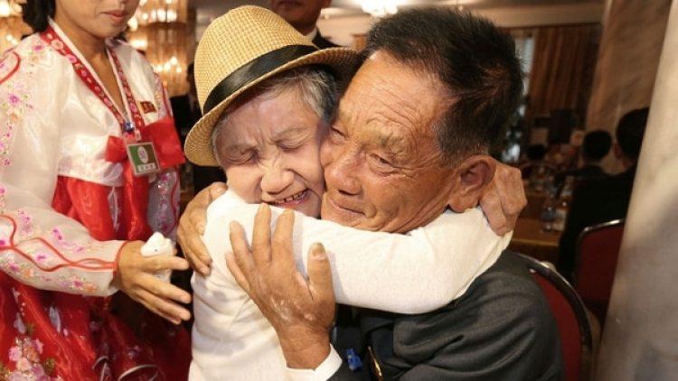 Lee Keum-seom, junto a su hijo Lee Sung-Chul (AP)