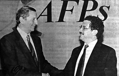 Contratos. Jesús María de las Fuentes (izq.), de BBVA, y Marcelo Zabalaga, de Futuro de Bolivia, tras la firma del convenio en marzo de 1997.