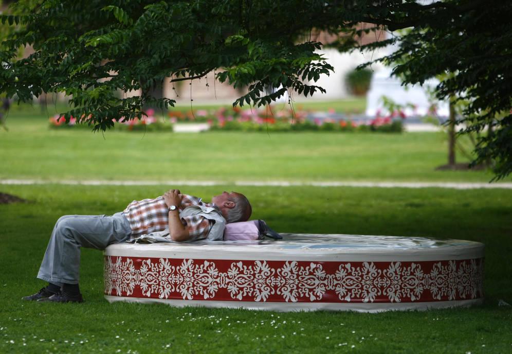 Foto: Un hombre se relaja bajo un árbol durante una visita al Bundesgartenschau, en Schwerin, Alemania. (Reuters)