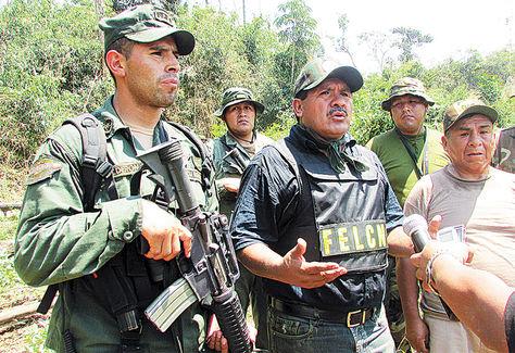 Operativo. El viceministro Felipe Cáceres (centro foto) en el inicio de erradicación de cocales en Yungas.