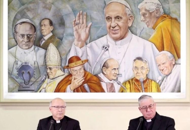 Los miembros de la Conferencia Episcopal de Chile, Luis Fernando Ramos Pérez y Juan Ignacio González, en una rueda de prensa en el Vaticano en mayo (LUCA PRIZIA / AFP / Getty Images)