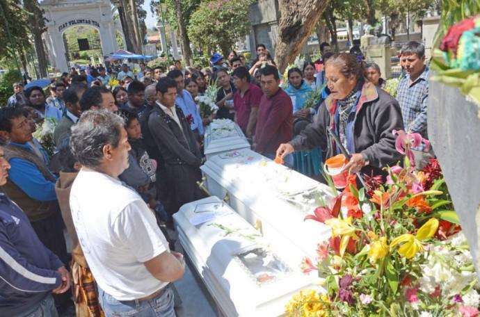 INFANTICIDIO. El entierro de los tres niños que fueron asesinados por su madre.