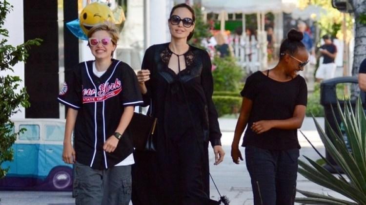 Angelina Jolie y sus dos hijas lucieron vestimenta negra y anteojos oscuros (Grosby)