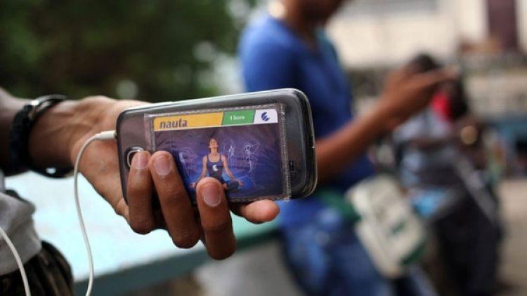 El 14 de agosto pasado Etecsa realizó la primera prueba pública de acceso a internet desde los móviles, a la cual se sumaron unas 800 000 personas, según datos oficiales