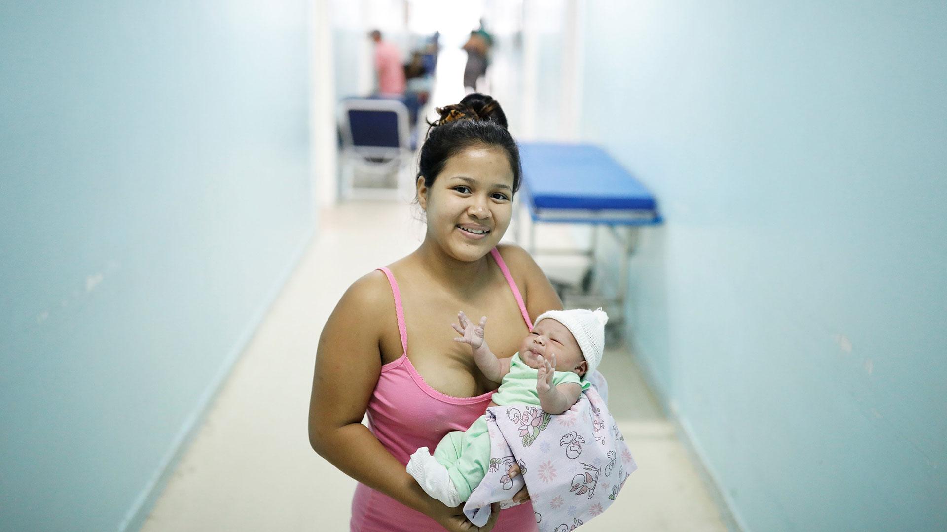 Lismaris, de 21 años, venezolana del estado de Monagas, sostiene a Cecilia, su bebé de tres días