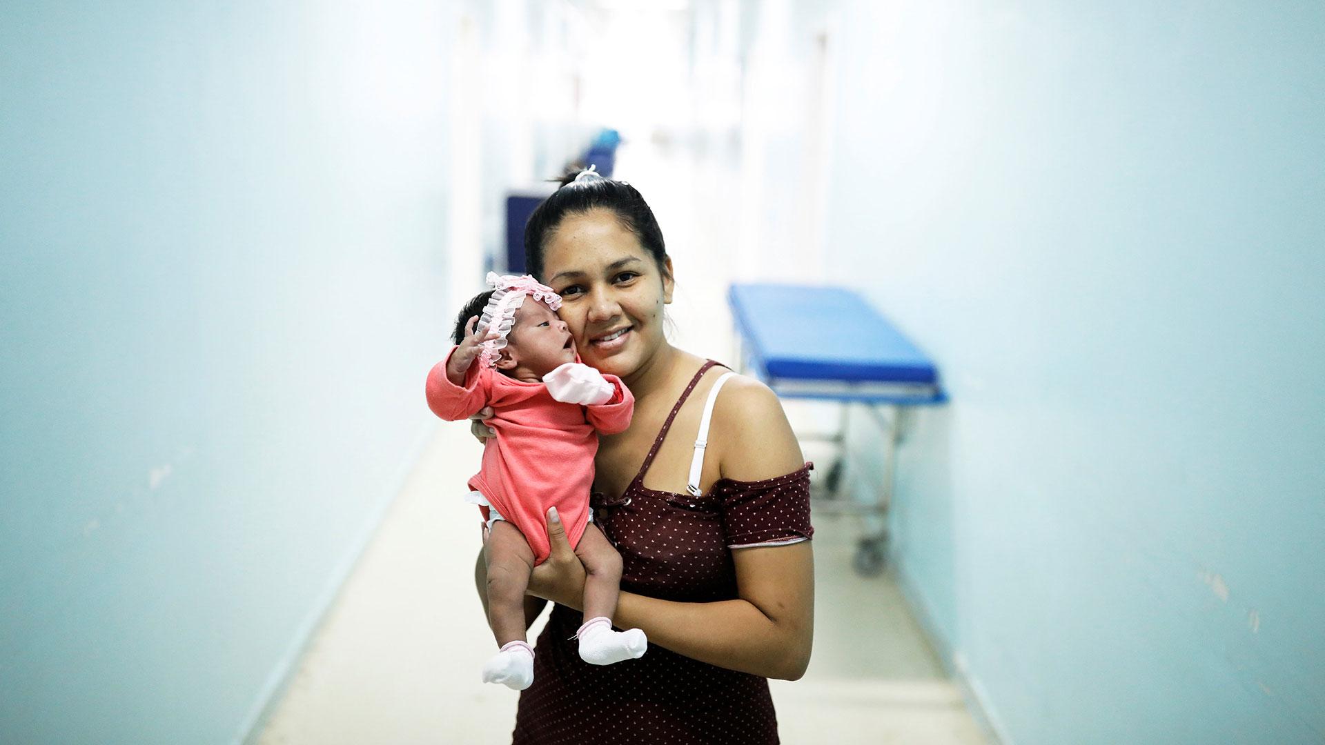 Irene, 23, una venezolana de la ciudad de Santa Elena, sostiene a su bebé Ashlei, de seis días