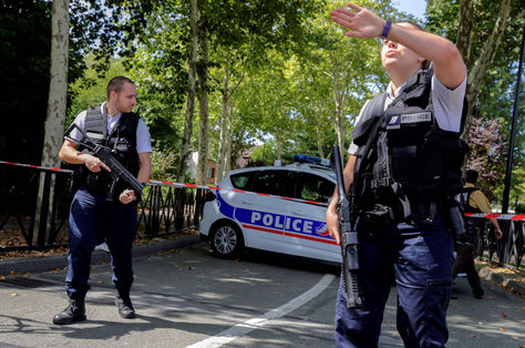 Policías armados acordonan la zona donde ocurrió el ataque cerca de París. Foto: AFP