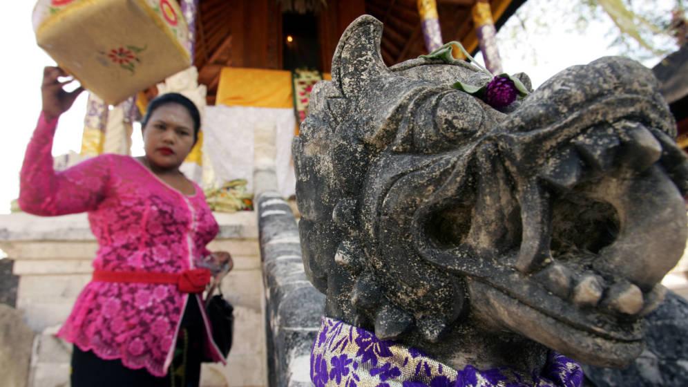 Foto: Una mujer balinesa en un templo hindú de la isla. (Reuters)