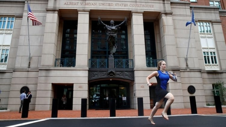 La pasante de NBC, Cassie Seymon, corriendo para entregar la noticia de la condena a Manafort, el pasado martes (AP)